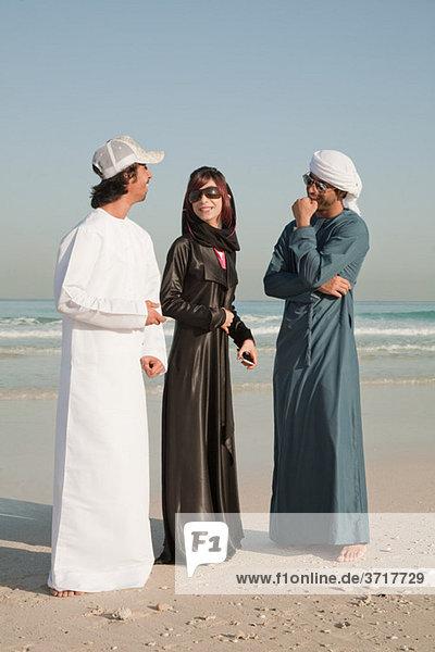 Menschen aus dem Nahen Osten am Strand