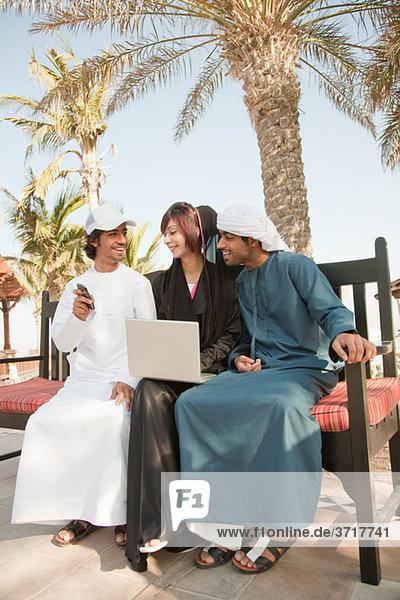 Menschen im mittleren Osten mit Laptop und Handy
