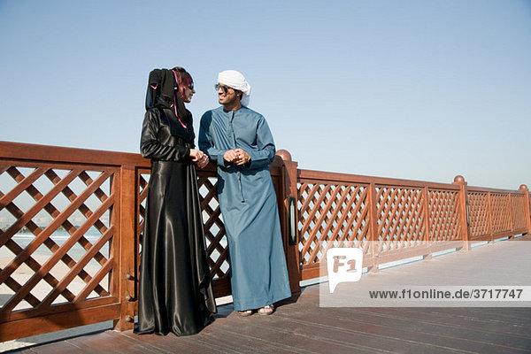 Menschen im Nahen Osten und Zaun  im Freien