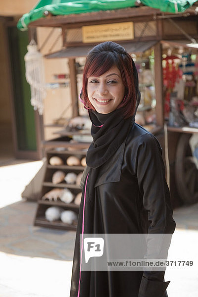 Nahost-Frau schaut in die Kamera