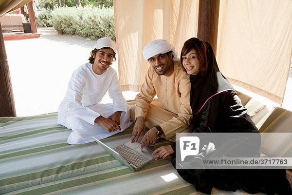 Menschen im mittleren Osten mit laptop
