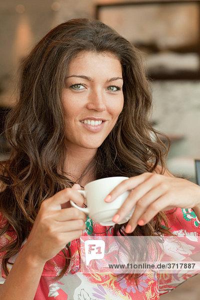 Junge Dame mit Kaffee