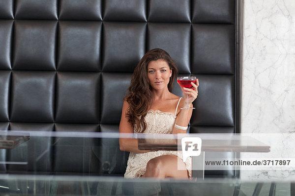Junge Dame mit cocktail