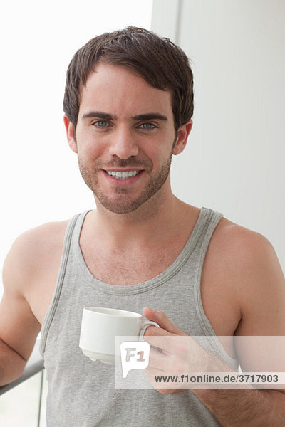 Junger Mann mit Kaffee