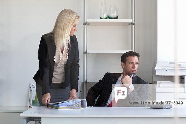 Kaufmann mit Mitarbeiter