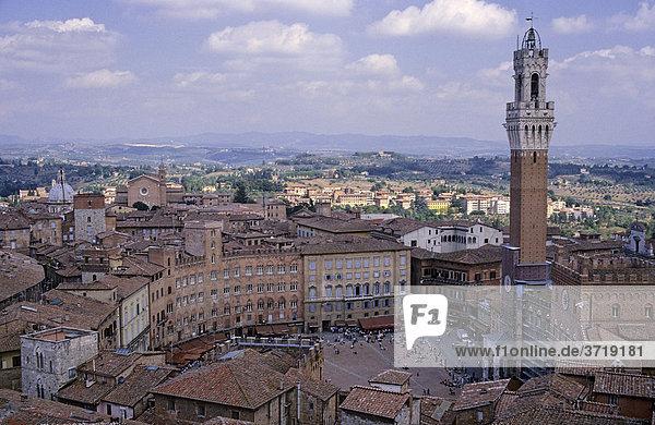 Blick auf die Piazza del Campo und den Turm des Palazzo Publico von Siena Italien
