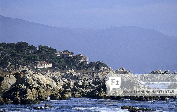 Häuser an der Küste bei Big Sur  Kalifornien  USA
