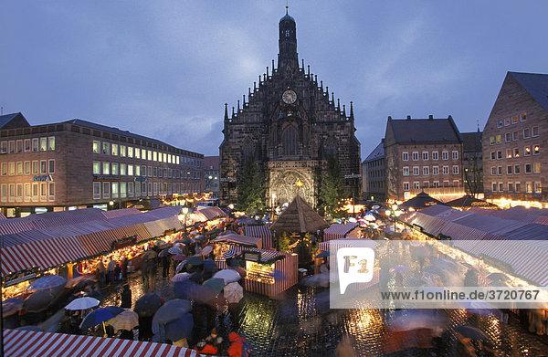 Nürnberg - Christkindlesmarkt - Hauptmarkt mit Frauenkirche
