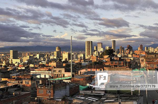Blick auf das Stadtzentrum im Abendlicht  Bogota  Kolumbien  Südamerika