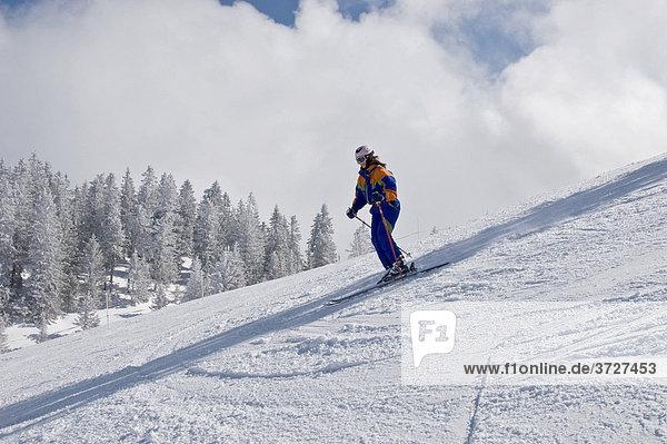 Skifahrerin auf der Piste mit Helm