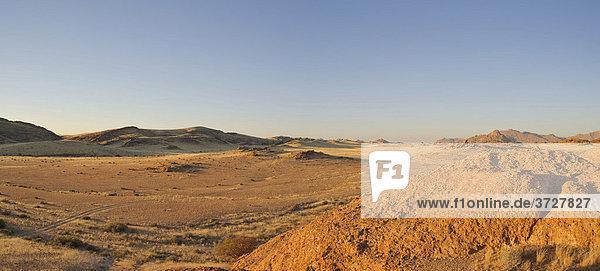 Wüstenlandschaft im Abendlicht beim Rock Arch im Namib-Naukluft-Nationalpark  Namibia  Afrika
