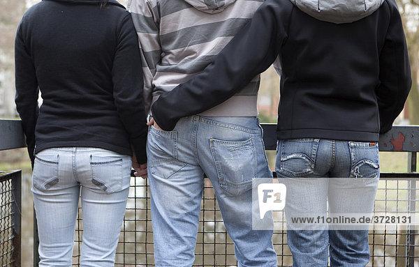 Drei Teenager  Rückenansicht  Wer mit wem