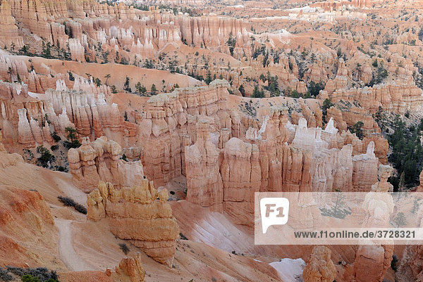 Kalksteinformationen des Bryce Canyon kurz nach Sonnenuntergang  Bryce Canyon Nationalpark  Utah  USA