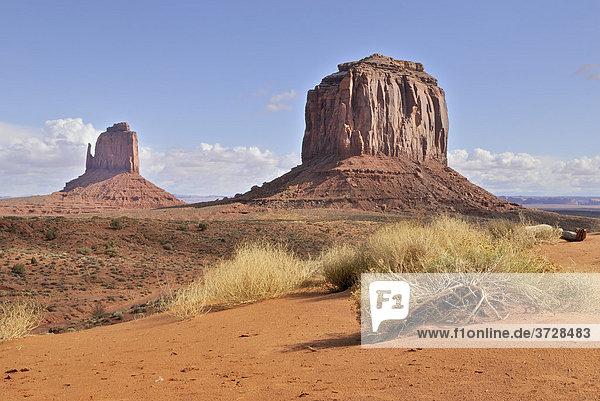 Eastern Mitten Butte  links  und Merrick Butte  rechts  Tafelberge und Säulen aus rotem Sandstein  Monument Valley Navajo Nation Park  Arizona  USA