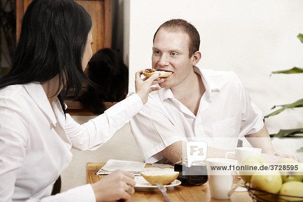Junges Paar beim gemeinsamen Frühstück