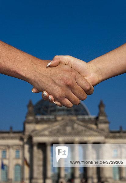 Handschlag vor dem Reichstag in Berlin  Deutschland