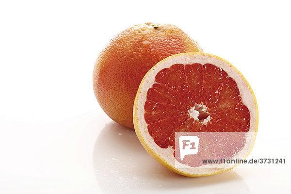 Rote Grapefruit Ruby Star  ganze und halbe Frucht