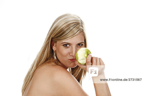 Junge Frau isst Apfel