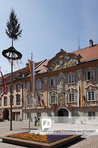 Barockfassade von Rathaus  Maibaum  Hauptplatz in St. Veit an der Glan  Kärnten  Österreich  Europa
