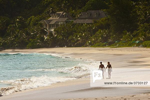 Der Strand Anse Intendance  hinten das Banyan Tree Resort  Insel Mahe  Seychellen  Indischer Ozean  Afrika