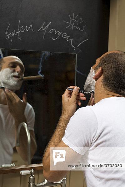 Junger Mann rasiert sich