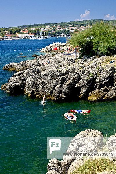 Baden in der Bucht  Stadt Krk  Insel Krk  Kroatien