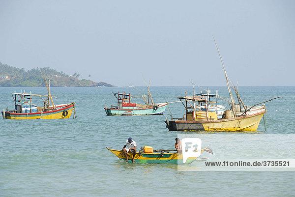 Bunte Fischerboote vor der Küste bei Matara  Indischer Ozean  Ceylon  Sri Lanka  Südasien  Asien