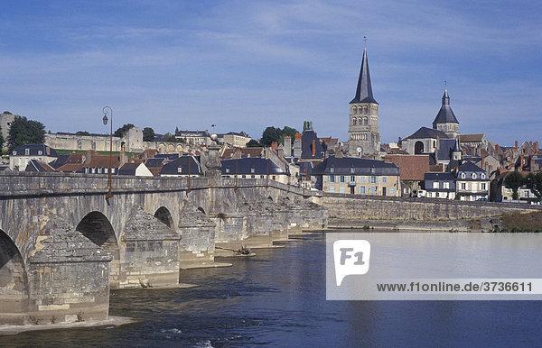 Ansicht von La CharitÈ-sur-Loire  Fluß Loire  Brücke  Burgund  Frankreich  Europa
