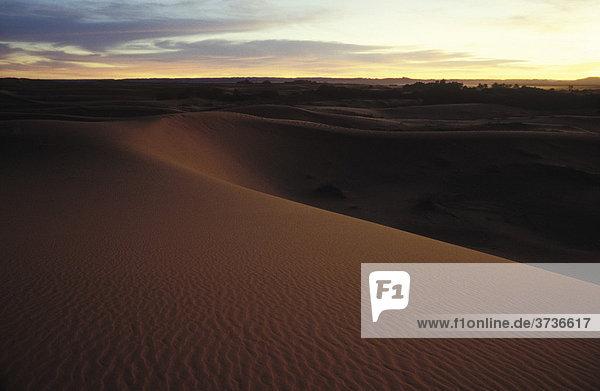 Dünen  Sanddünen  Wüste  Wüstenlandschaft  Dämmerung  Erg Chebbi  bei Merzouga  Marokko  Afrika