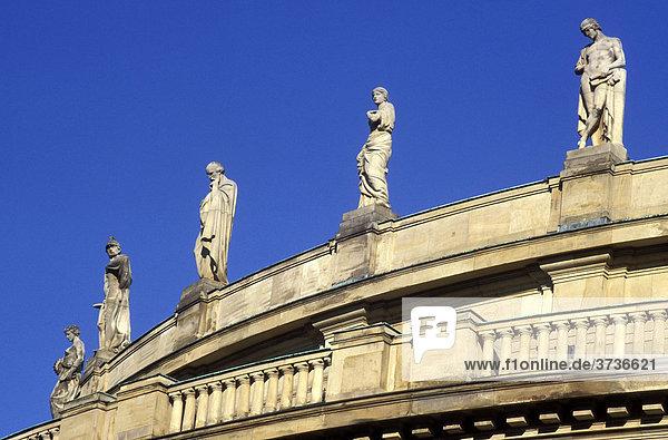 Statuen auf dem Dach des Großen Hauses  Staatstheater  Theater  Oper  Stuttgart  Baden-Württemberg  Deutschland  Europa