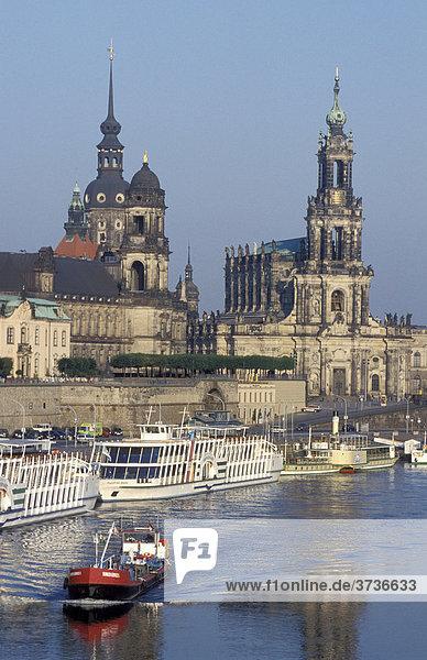 Skyline mit Schloss und Hofkirche  Fluss Elbe  Schiff  Dresden  Sachsen  Deutschland  Europa