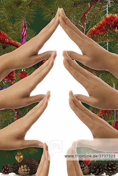 Bild eines Weihnachtsbaumes  aus Händen geformt  mit Dekoration