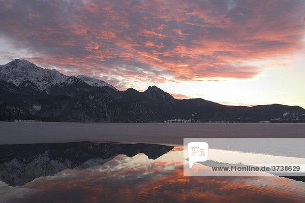 Sonnenuntergang am teilweise vereisten Kochelsee  Bayern  Deutschland  Europa