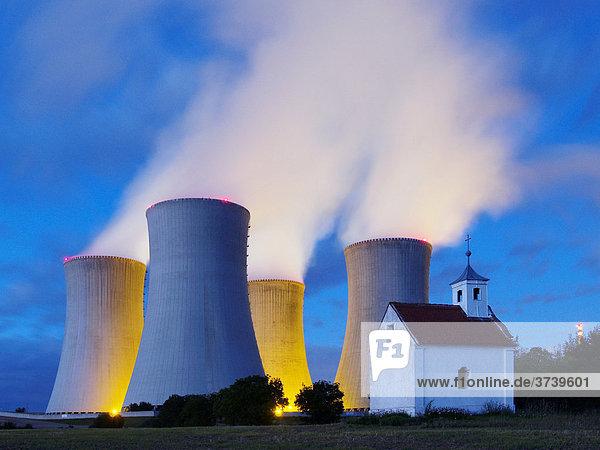 Atomkraftwerk Dukovany  Kühltürme stoßen Rauchschwaden aus  Trebic-Distrikt  Tschechische Republik  Europa