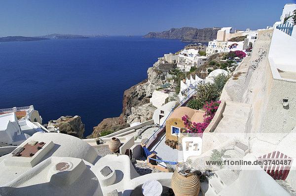 Blick auf den Ort Oia  Ia  mit typischer Kykladenarchitektur  Santorin  Kykladen  Griechenland  Europa
