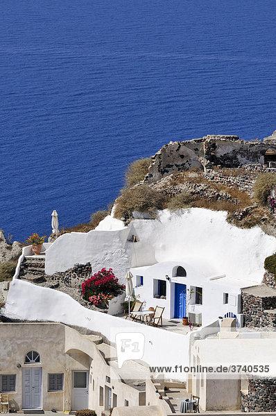Kleines Hotel mit Innenhof in Oia  Ia  Santorin  Kykladen  Griechenland  Europa