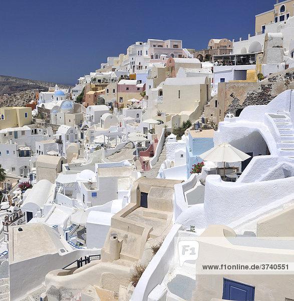 Typische Kykladenarchitektur im Ort Oia  Ia  Santorin  Santorini  Griechenland  Europa