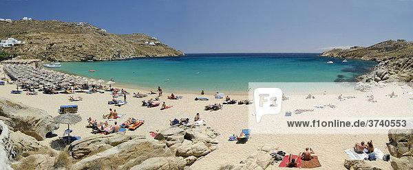 Super Paradise Beach mit Touristen  Mykonos  Kykladen  Griechenland  Europa