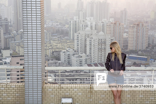 Junge Frau auf Dachterrasse  Shanghai  China  Asien