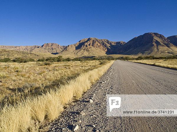 Straße in Richtung der Naukluftberge bei Solitaire  Namibia  Afrika