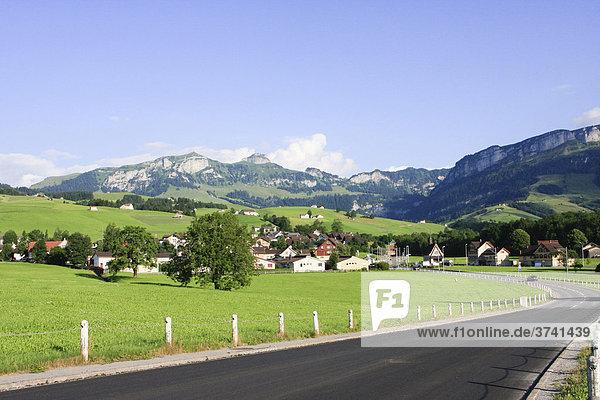 Landstraße in den Schweizer Bergen mit Bergpanorama  Appenzell  Schweiz