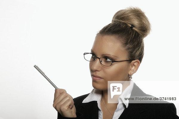 Geschäftsfrau hält Stift in der Hand