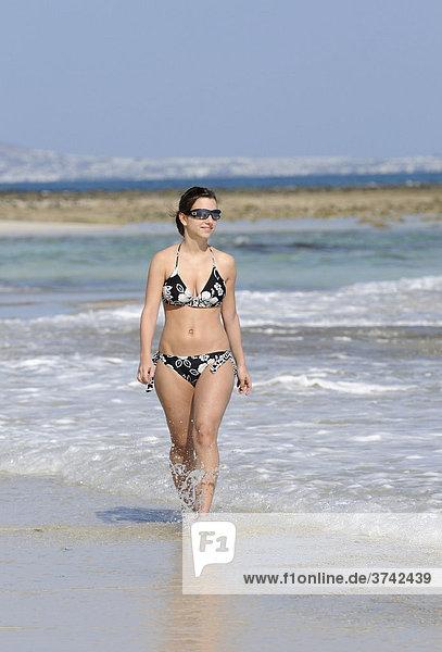 Mädchen spaziert am Strand Playa de la Corralejo  Fuerteventura  Kanarische Inseln  Kanaren  Spanien  Europa