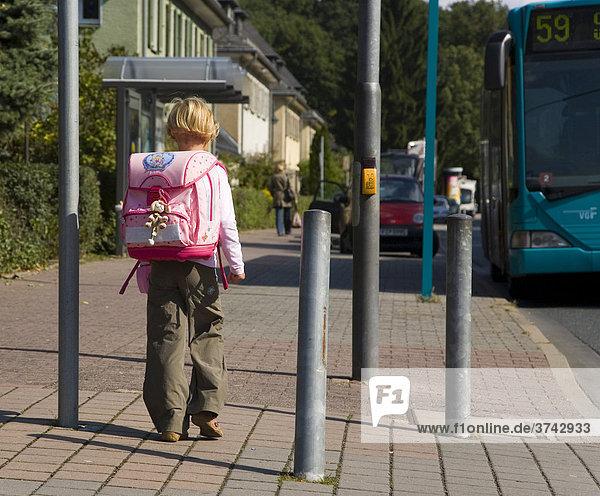 Kind im Alter von 6 Jahren auf dem Weg zur Schule  Frankfurt am Main  Hessen  Deutschland  Europa