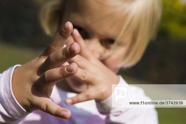 6-jähriges Mädchen zeigt eine lange Nase