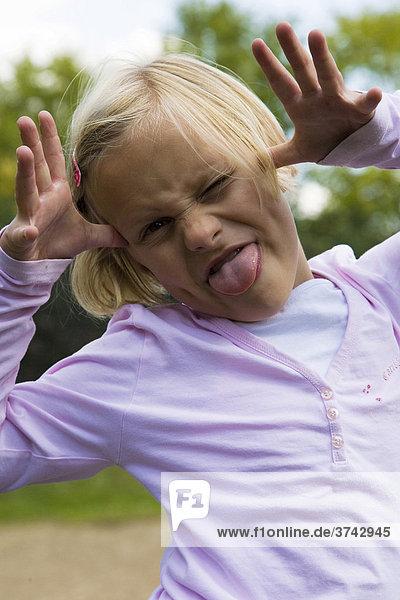 6-jähriges Mädchen zieht eine Grimasse