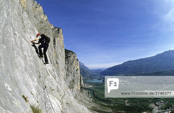 Klettersteiggeherin auf dem Klettersteig Che Guevara  Sarche  Trentino  Italien  Europa