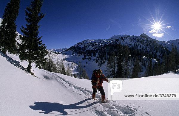 Schneeschuhgeherin auf der Oberen Pleißlingalm  Radstädter Tauern  Salzburg  Österreich  Europa