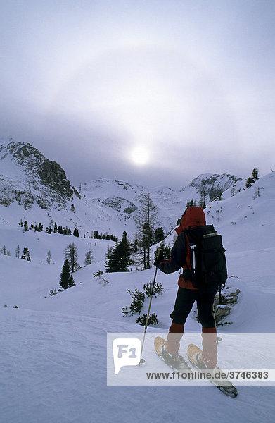 Schneeschuhgeherin und Halo am Scheibenkogel  Radstädter Tauern  Salzburg  Österreich  Europa