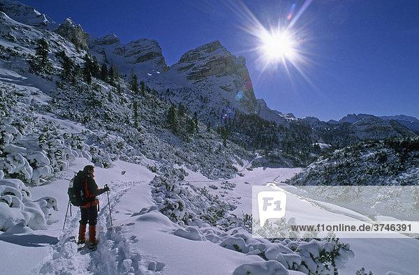 Schneeschuhgeherin im Valun Campestrin in der Fanes-Gruppe  Dolomiten  Italien  Europa